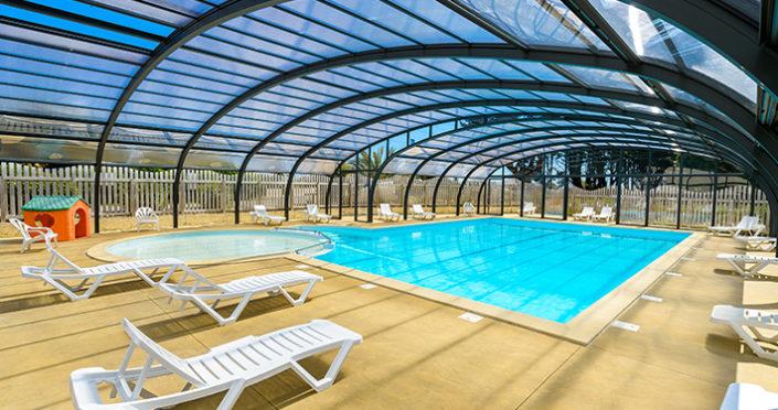 La piscine couverte est récente elle permet d'avoir une température de la piscine de 28° d'avril à septembre