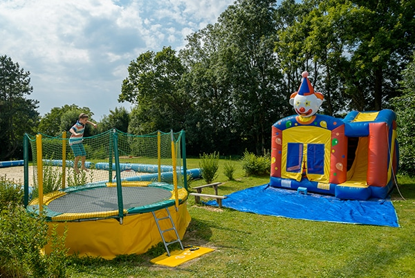 trampoline et structure gonflable pour les enfants