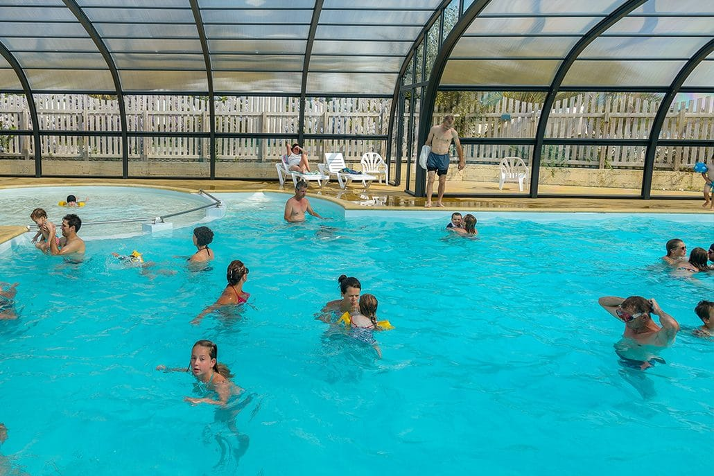 Piscine couverte camping le kergariou for Camping deauville piscine couverte
