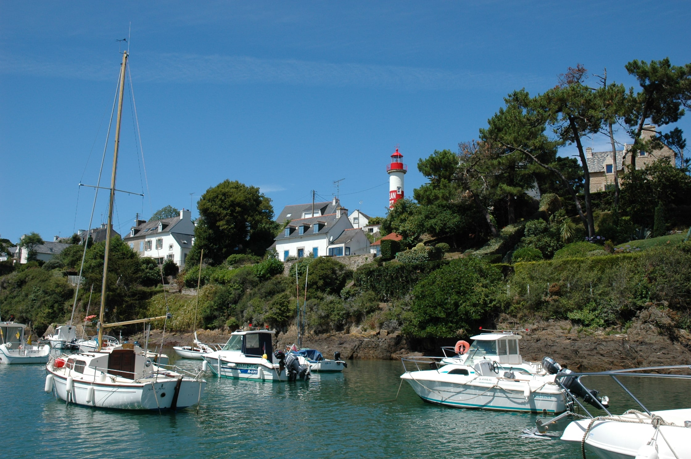port de doelan et son phare rouge