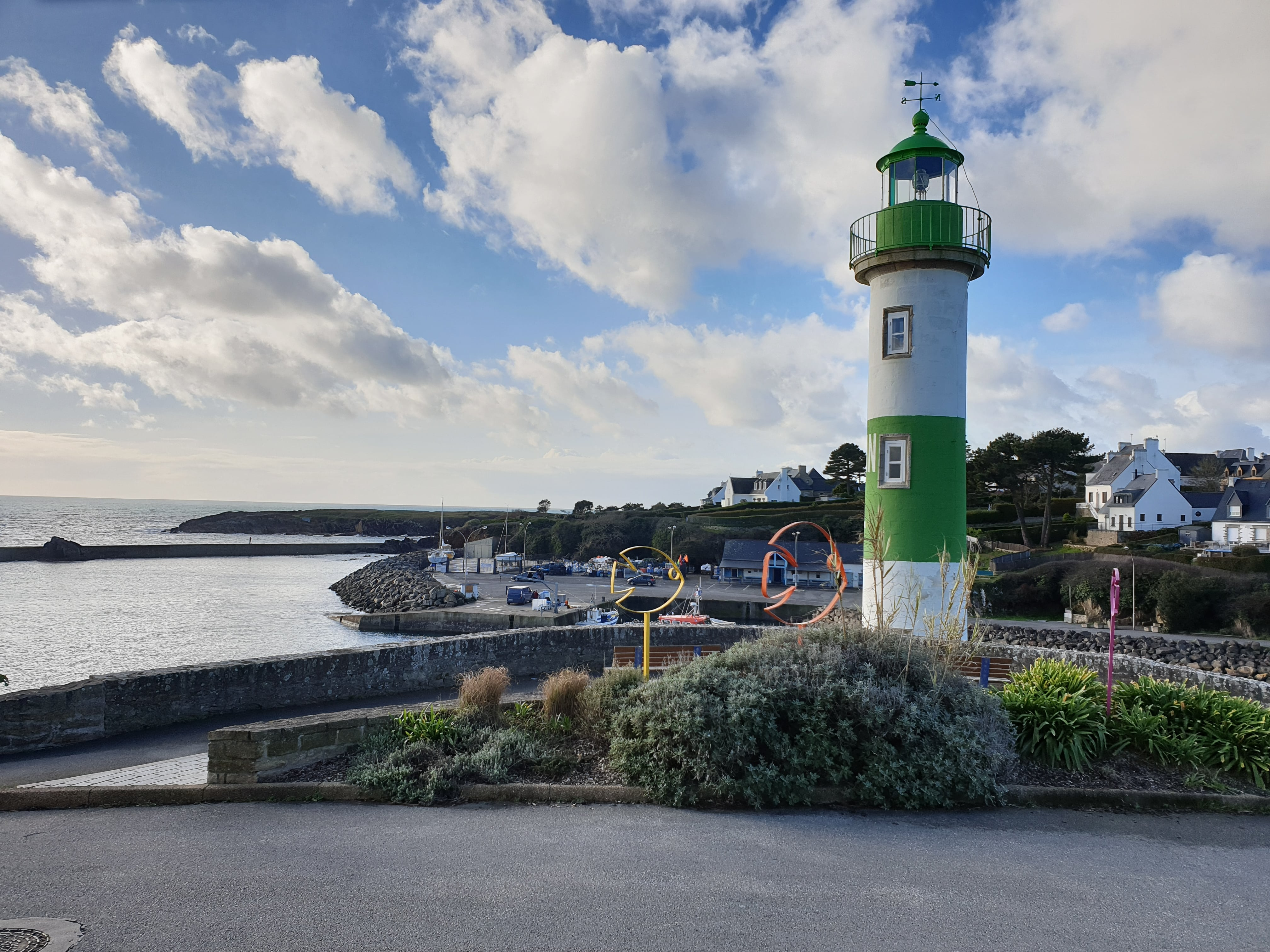 port de doelan et son phare vert